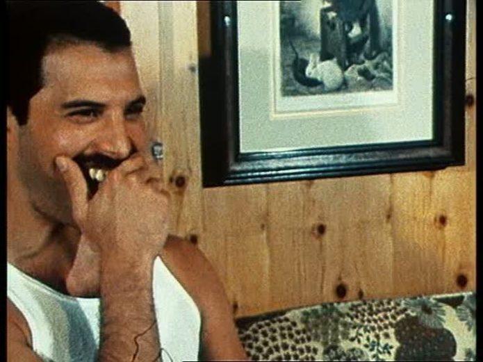 Freddie si copre i denti