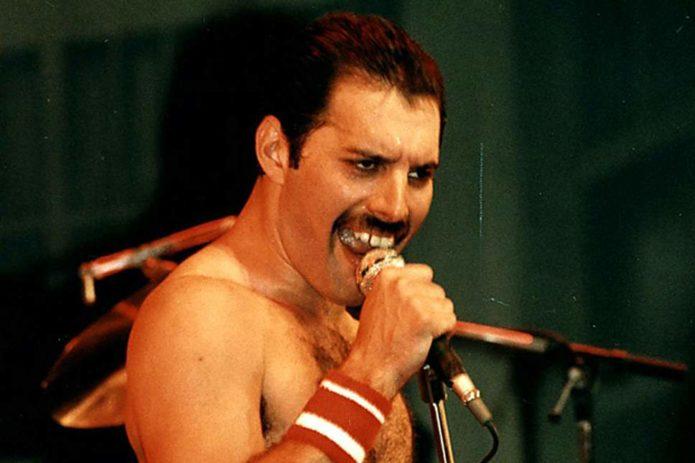 Freddie Mercury canta