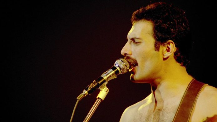 Freddie Mercury con un microfono