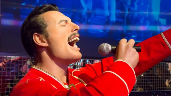 Freddie Mercury in una veste rossa